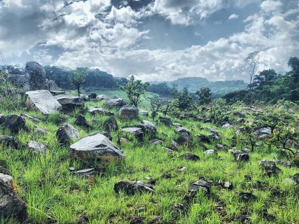 Blocs de pierres sur la colline