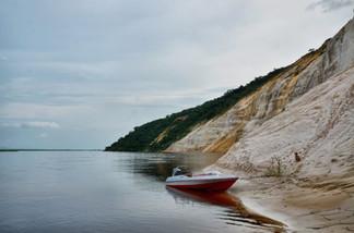 Canoe au pied des falaises