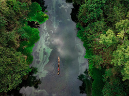 Pirogue sur la rivière bleue