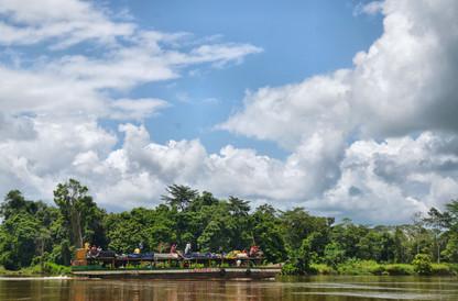 """La """"baleinière"""" naviguant sur le fleuve Kouilou"""