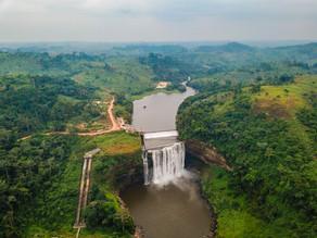 Vue aérienne des chutes et du barrage
