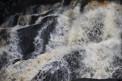 Vue rapprochée de la cascade