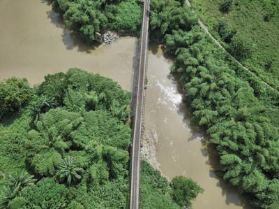 Vue aérienne sur un pont ferroviaire