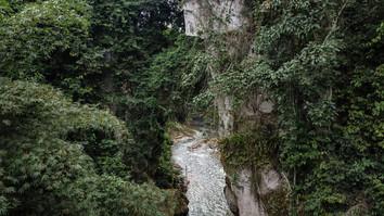 Rivière transperçant les rochers