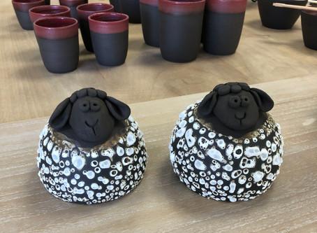 Bêêêêêê...... nouveau: moutons en grès noir! Belle journée à tous.