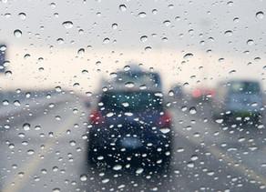 عشرة نصائح للقيادة بشكل آمن وسط الأمطار