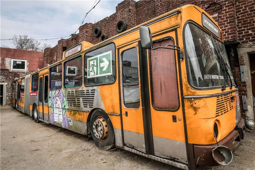 Alter Bus im Junkyard