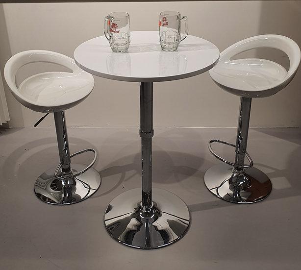 To barstoler og bord