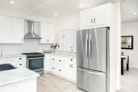 Lindo cozinha moderna com equipamentos em aço inox