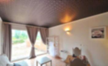 фактурный натяжной потолок в комнате