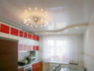 глянцевый натяжной потолок в кухне фото