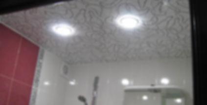 фактурный натяжной потолок в ванной
