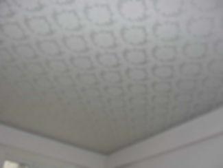 фактурный натяжной потолок в спальне