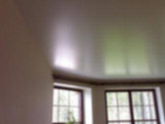 сатиновый натяжной потолок в зале