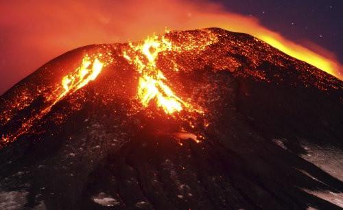 le-volcan-villarrica-au-chili-est-entre-