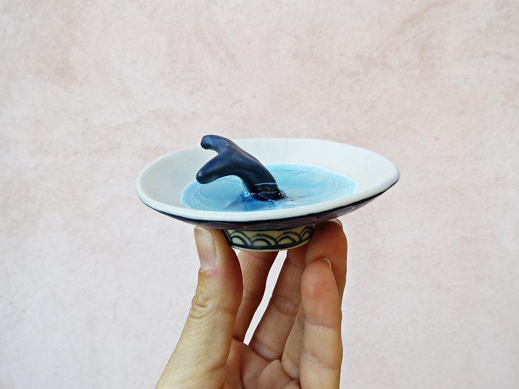 Coupelle baleine qui plonge