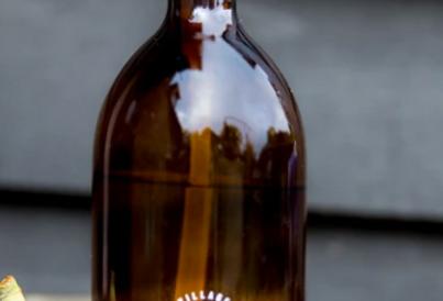 500ml amber glass bottle - Hands