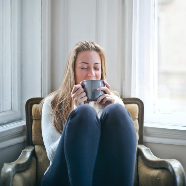 woman-holding-gray-ceramic-mug-846080.jp