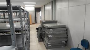 Stock Mudanças comerciais com desmontagem e montagem de estantes.