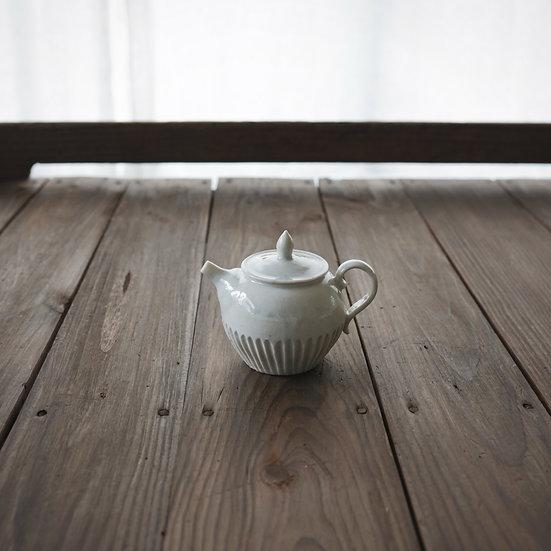 竹下努 青白磁丸茶壺 21~24| Bluish white round porcelain teapot 21~24 by Tsutomu Takeshita