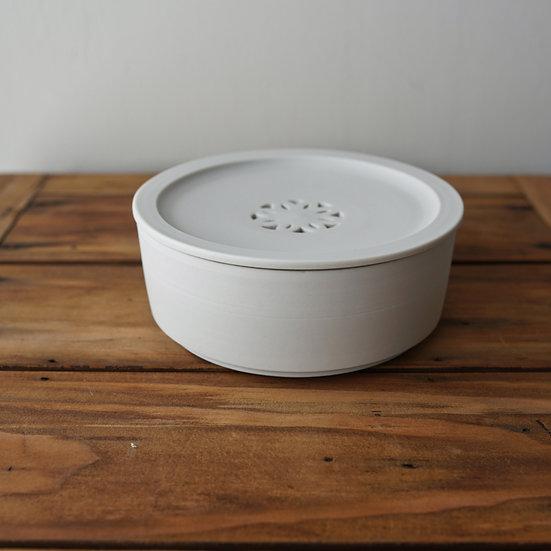 小林千恵 白磁透かし茶盤02 | White porcelain tea container by Chie Kobayashi