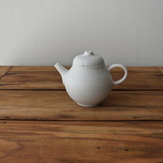 小林千恵 白磁虫食い茶壺01 | White porcelain teapot by Chie Kobayashi