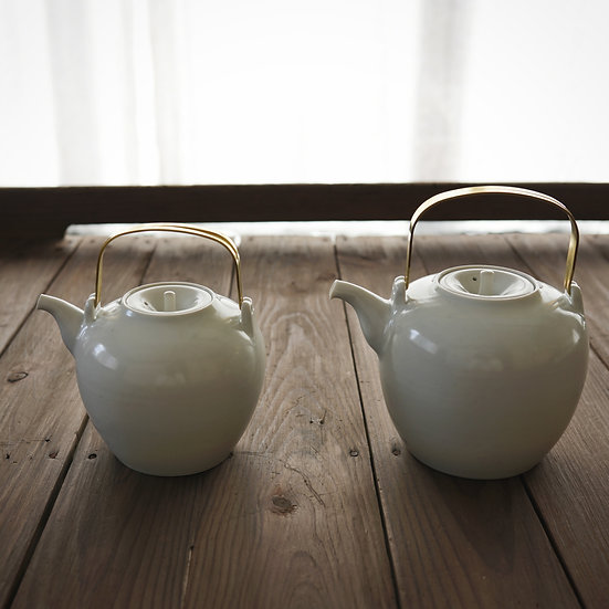 Teapot with brass handle by Yuichi Murakami | 村上雄一 白磁ポット真鍮