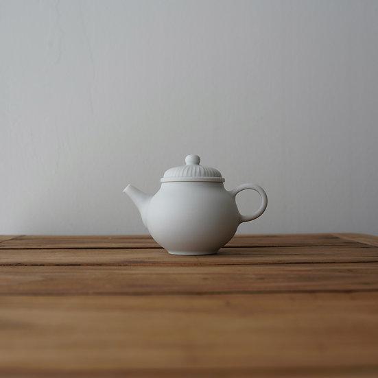 小林千恵 ギザギザ茶壺01 |White porcelain teapot by Chie Kobayashi