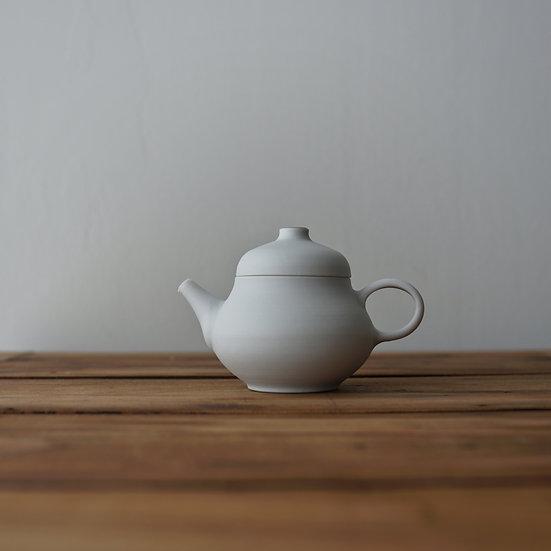 小林千恵 白磁金彩茶壺   White porcelain teapot by Chie Kobayashi