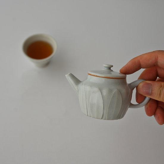 豊増一雄 白瓷蓮弁紋茶壷02 | white porcelain lotus pattern teapot 02 by Kazuo Toyomasu