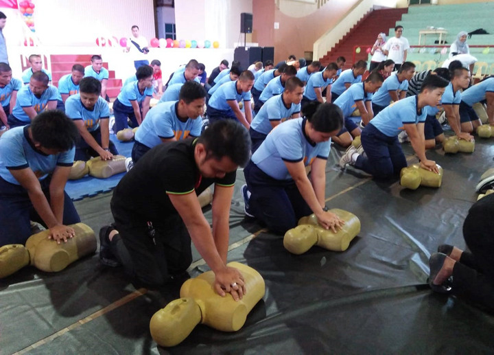 "Policemen joins the free training on cardiopulmonary resuscitation as the Philippine Heart Association launches the ""CPR on Wheels and Wings Caravan""."