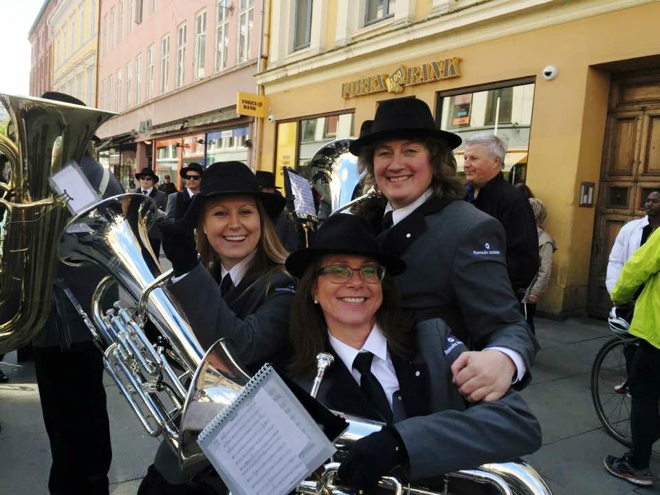 Bilde juffer / euphonister 1. mai med Romsås Janitsjar sin nye uniform