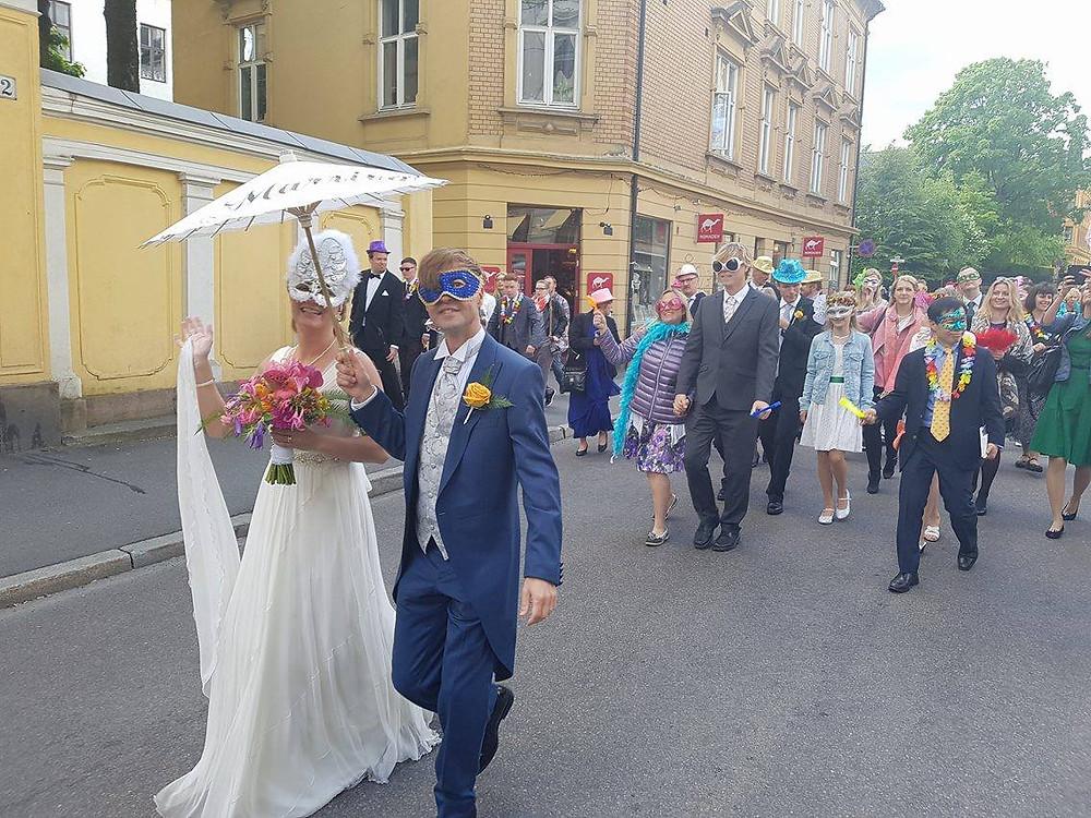 Romsås Janitsjar marsjerer i Oslos gater for en bryllupsparade
