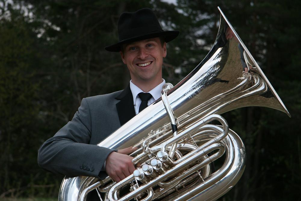 Stolt RJ-kar med Romsås Janitsjar sin uniform og tubaen hans