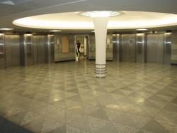 פסל גבס באולם הכניסה