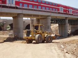ביצוע בניית גשר רכבת מעל נחל זורם