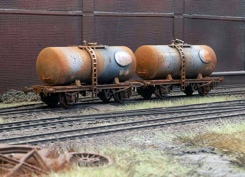 2 x Abandoned Tankers Scrap Rolling Stock (Q13)