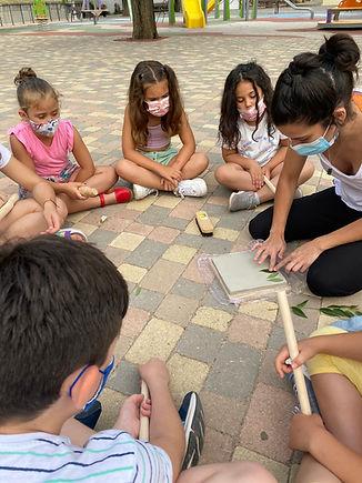 taller de cerámica con huellas de la naturaleza, con l@s niños en el parque