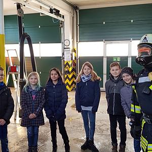 Besuch der 4. Klasse bei der Feuerwehr Breloh