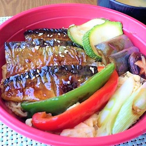 秋刀魚蒲焼き丼 + サラダ + 味噌汁