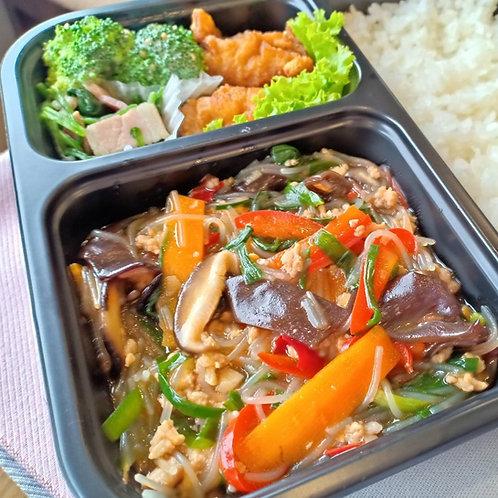 8月28日(水)ご飯がススム!挽肉たっぷり ピリ辛麻婆春雨弁当 + 味噌汁