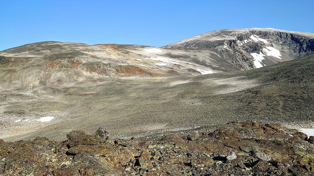 Toppen til venstre er Glitter-Rundhøe, og til høyre bakerst ser dere bakken opp til Glittertind.