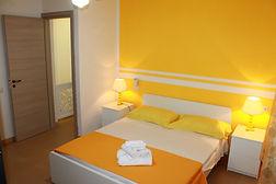 residence cilento, camera da letto gialla