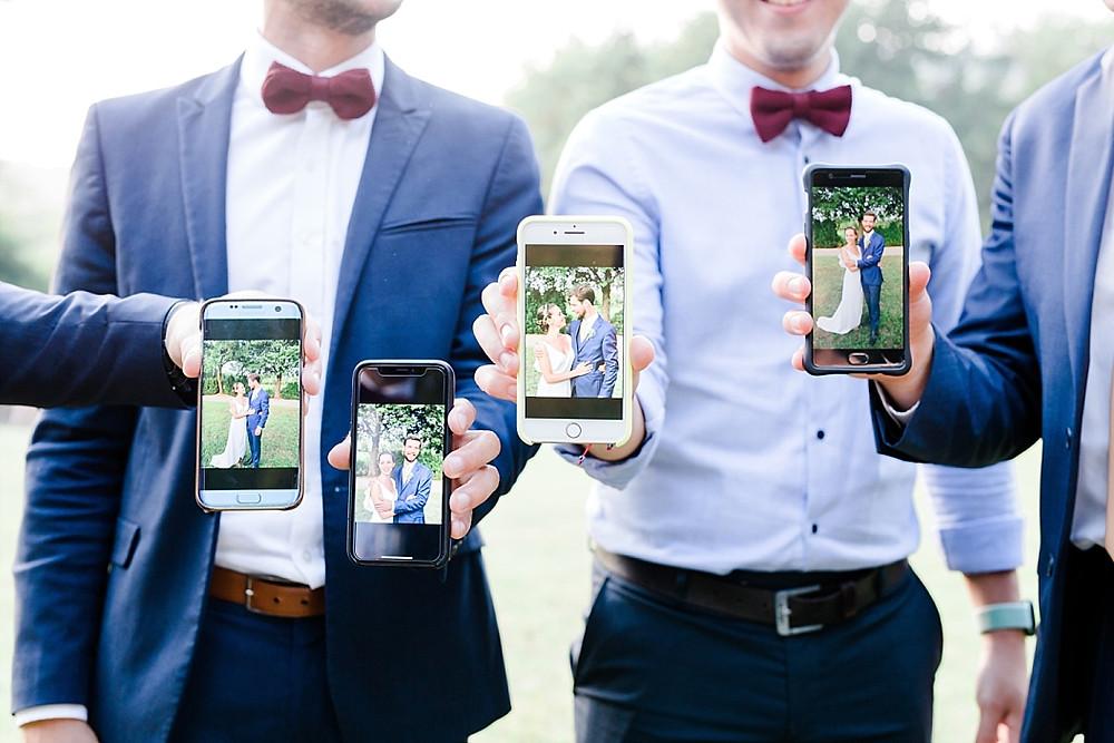 les invitest montrent la photo des maries faite avec leur smartphone