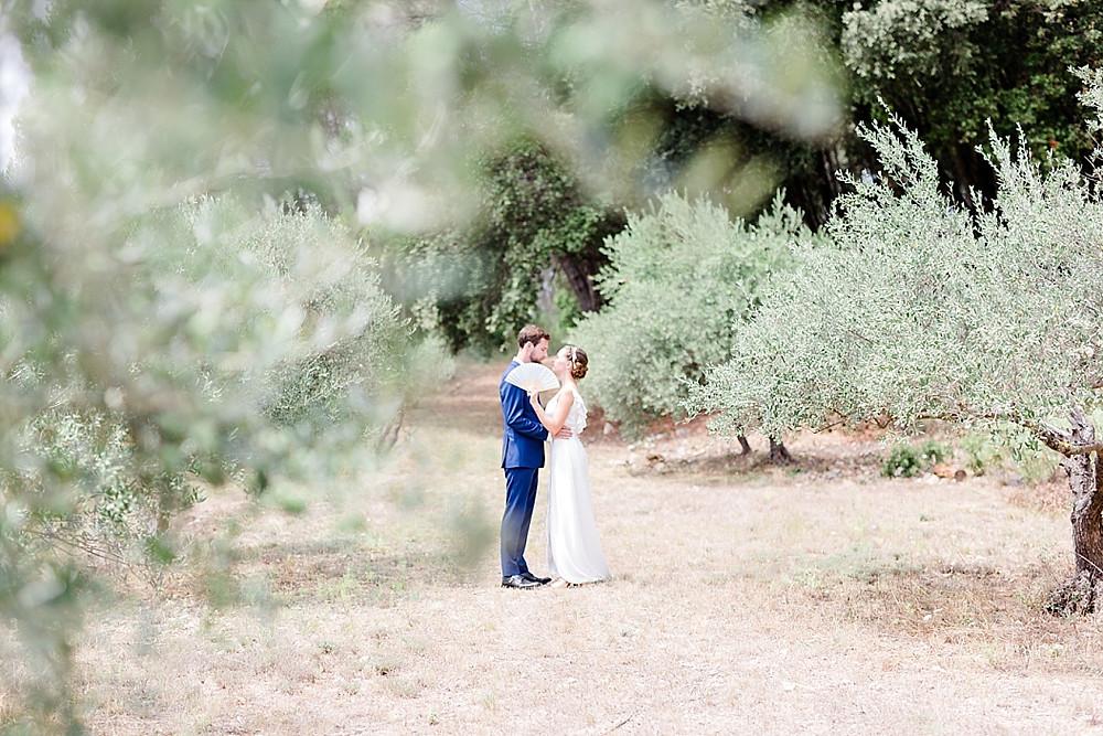 photographie des maries dans un champ d'oliviers
