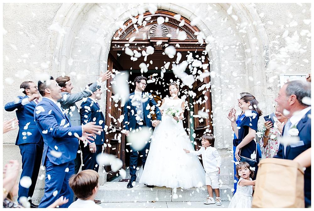 sortie de l'eglise suite à la ceremonie de mariage à la roquebrussanne