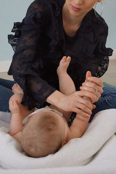 Massage bébé nouveau-né détente
