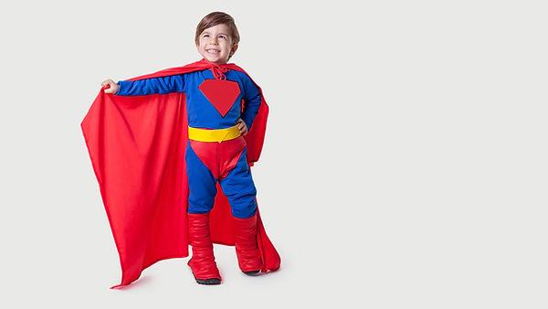 スーパーマンのコスプレをしている男の子