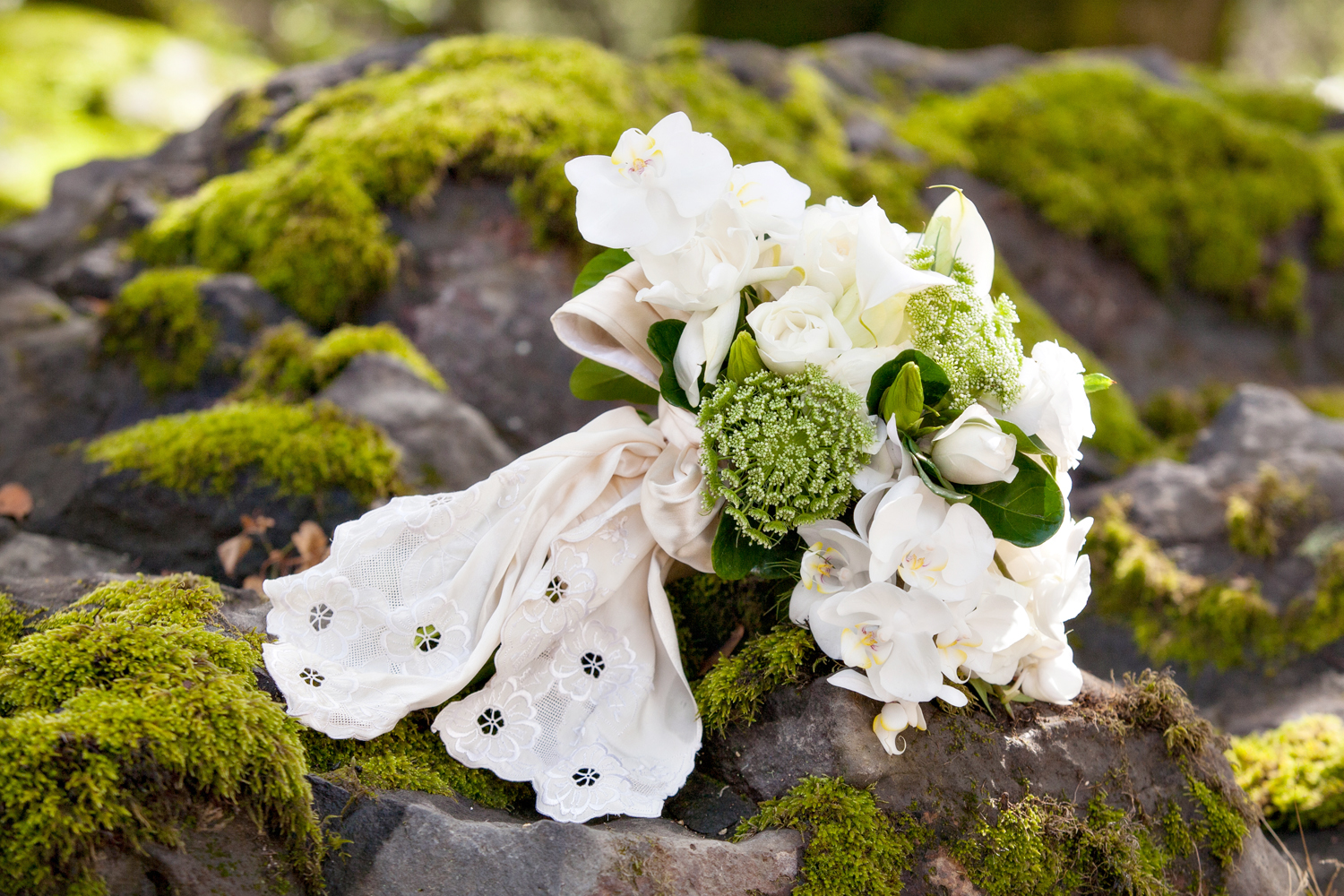 bridal bouquets and wedding photos