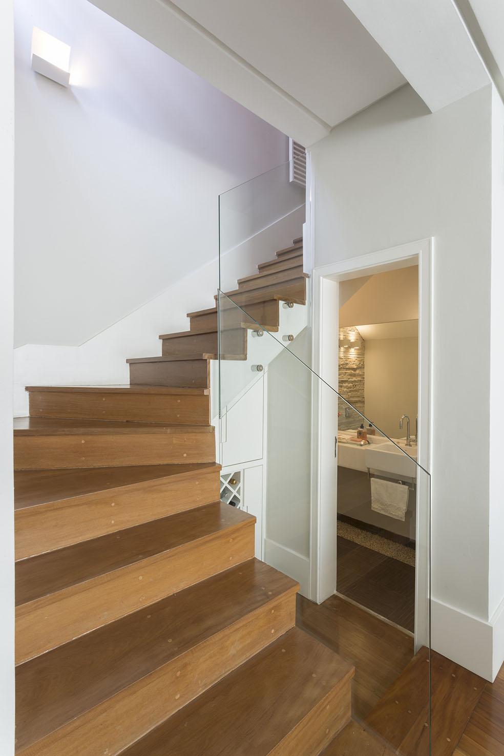 Escada e lavabo